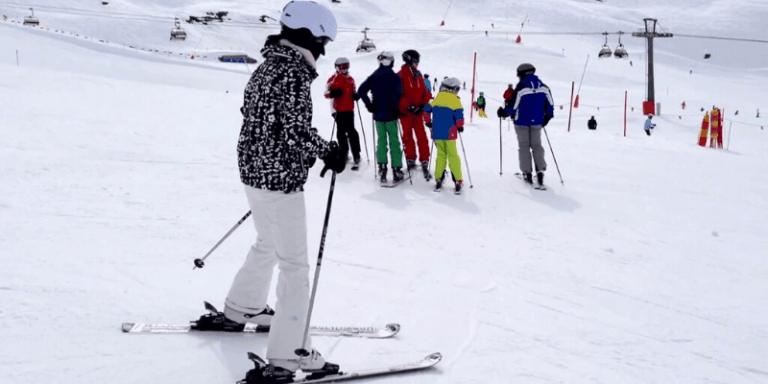 Cómo esquiar en paralelo para principiantes